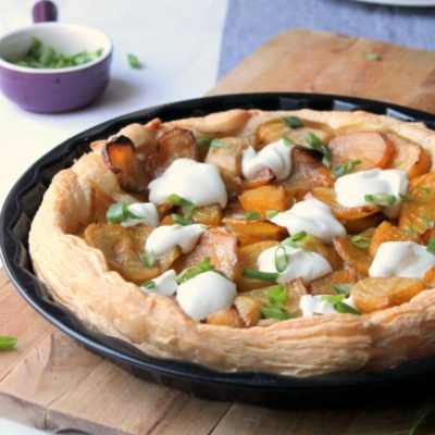 A simple #vegetarian puff pastry tart with a great mix of textures and flavors. The perfect weekend lunch.